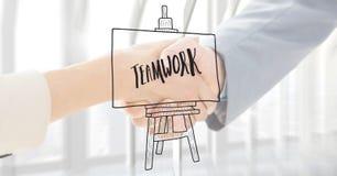 Κλείστε επάνω της χειραψίας με την άσπρη επικάλυψη και την γκρίζα ομαδική εργασία doodle Στοκ Εικόνες