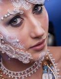 Κλείστε επάνω της όμορφης γυναίκας με καλλιτεχνικό δημιουργικό αποτελεί Στοκ φωτογραφίες με δικαίωμα ελεύθερης χρήσης