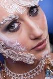 Κλείστε επάνω της όμορφης γυναίκας με καλλιτεχνικό δημιουργικό αποτελεί Στοκ φωτογραφία με δικαίωμα ελεύθερης χρήσης
