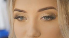 Κλείστε επάνω της όμορφης ξανθής γυναίκας με το φωτεινό πορτρέτο μπλε ματιών απόθεμα βίντεο
