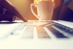 Κλείστε επάνω τη δακτυλογράφηση ατόμων χεριών στο lap-top πληκτρολογίων με να ψωνίσει on-line Στοκ εικόνα με δικαίωμα ελεύθερης χρήσης