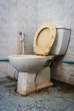 Κλείστε επάνω τη βρώμικη επίπεδη τουαλέτα στο εσωτερικό Στοκ φωτογραφίες με δικαίωμα ελεύθερης χρήσης