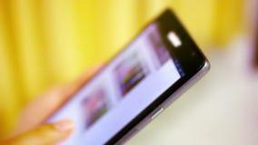 Κλείστε επάνω τη γυναίκα χρησιμοποιώντας το τηλέφωνο κυττάρων της βίντεο απόθεμα βίντεο