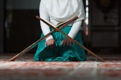 Κλείστε επάνω τη μουσουλμανική γυναίκα διαβάζει το Koran Στοκ εικόνες με δικαίωμα ελεύθερης χρήσης