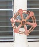 Κλείστε επάνω τη σκουριά και το σωλήνα βαλβίδων νερού έξω από την οικοδόμηση Στοκ φωτογραφία με δικαίωμα ελεύθερης χρήσης