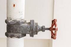 Κλείστε επάνω τη σκουριά και το σωλήνα βαλβίδων νερού έξω από την οικοδόμηση Στοκ Εικόνες