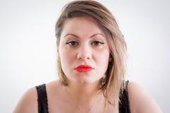 Κλείστε επάνω τη σοβαρή ξανθή γυναίκα που κοιτάζει επίμονα στη κάμερα Στοκ εικόνες με δικαίωμα ελεύθερης χρήσης