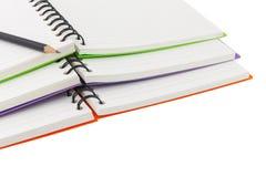 Κλείστε επάνω τη σπείρα σημειωματάριων - συνδεδεμένη και το μολύβι στο άσπρο υπόβαθρο Στοκ Φωτογραφίες