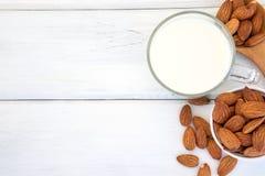 Κλείστε επάνω τη τοπ άποψη υγιούς το γάλα αμυγδάλων στην κατανάλωση του γυαλιού W Στοκ εικόνες με δικαίωμα ελεύθερης χρήσης