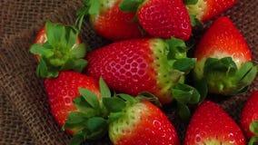 Κλείστε επάνω τη φρέσκια φράουλα burlap στο υπόβαθρο φιλμ μικρού μήκους