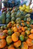 Κλείστε επάνω τη φωτογραφία μιας ζωηρόχρωμης στάσης φρούτων στη Κόστα Ρίκα Στοκ Εικόνες