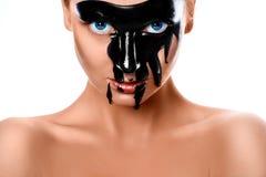 Κλείστε επάνω τη φωτογραφία της προκλητικής γυναίκας με το μαύρο χρώμα στο πρόσωπο Στοκ φωτογραφία με δικαίωμα ελεύθερης χρήσης