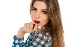 Κλείστε επάνω τη φωτογραφία του νέου καυκάσιου κοριτσιού με το κραγιόν διαθέσιμο Στοκ φωτογραφίες με δικαίωμα ελεύθερης χρήσης