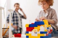 Κλείστε επάνω τη φωτογραφία του σπιτιού παιχνιδιών που στέκεται στο πρώτο πλάνο Στοκ φωτογραφίες με δικαίωμα ελεύθερης χρήσης