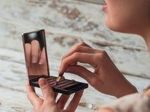 Κλείστε επάνω τη φωτογραφία των χειλιών γυναικών με το κραγιόν διαθέσιμο Ο καλλιτέχνης Makeup δημιουργικός αποτελεί τον καλλιτέχν Στοκ εικόνες με δικαίωμα ελεύθερης χρήσης