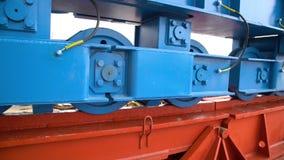 Κλείστε επάνω τις διαδρομές σιδηροδρόμων, προηγούμενος σιδηροδρομικός σταθμός Ράγες μετάλλων σιδήρου συγκρατητήρων βάσει των σύγχ απόθεμα βίντεο