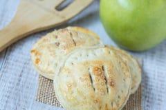 Κλείστε επάνω τις πίτες και Spatula χεριών της Apple Στοκ Φωτογραφία