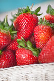 Κλείστε επάνω τις φράουλες σωρών στο καλάθι Στοκ φωτογραφία με δικαίωμα ελεύθερης χρήσης