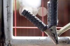 Κλείστε επάνω τον άλτη φορτιστών μπαταριών με τη σκουριά Στοκ Εικόνες