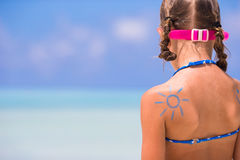 Κλείστε επάνω τον ήλιο που χρωματίζεται από την κρέμα ήλιων στον ώμο παιδιών Στοκ Εικόνες