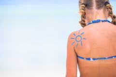 Κλείστε επάνω τον ήλιο που χρωματίζεται από την κρέμα ήλιων στον ώμο παιδιών Στοκ Φωτογραφίες
