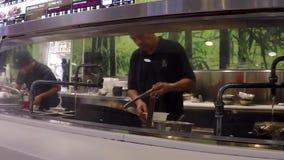 Κλείστε επάνω τον αρχιμάγειρα που μαγειρεύει τα κινεζικά τρόφιμα για τον πελάτη φιλμ μικρού μήκους