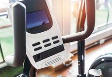 Κλείστε επάνω τον εξοπλισμό ποδηλάτων άσκησης ελέγχου οθόνης ψηφιακής επίδειξης στο δωμάτιο ικανότητας Στοκ φωτογραφία με δικαίωμα ελεύθερης χρήσης