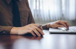 Κλείστε επάνω τον επιχειρηματία χρησιμοποιώντας την εργασία lap-top στην αρχή Στοκ Φωτογραφία