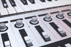Κλείστε επάνω τον ελεγκτή του MIDI Στοκ Φωτογραφίες