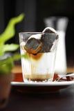 Κλείστε επάνω τον κρύους κύβο και την κρέμα καφέ Στοκ φωτογραφία με δικαίωμα ελεύθερης χρήσης