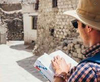 Κλείστε επάνω τον τουρίστα εικόνας με τον τουριστικό οδηγό στην ασιατική οδό Στοκ εικόνες με δικαίωμα ελεύθερης χρήσης
