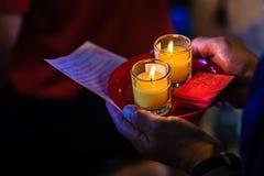 Κλείστε επάνω τους ανθρώπους που προσεύχονται για την καλές τύχη και την αφθονία Στοκ Εικόνες
