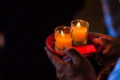 Κλείστε επάνω τους ανθρώπους που προσεύχονται για την καλές τύχη και την αφθονία Στοκ φωτογραφία με δικαίωμα ελεύθερης χρήσης