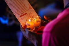Κλείστε επάνω τους ανθρώπους που προσεύχονται για την καλές τύχη και την αφθονία Στοκ Φωτογραφία