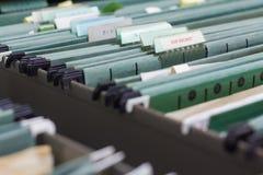 Κλείστε επάνω τους φακέλλους αρχείων σε ένα ντουλάπι αρχειοθέτησης Στοκ φωτογραφία με δικαίωμα ελεύθερης χρήσης