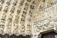 Κλείστε επάνω του έργου τέχνης και των γλυπτικών στον καθεδρικό ναό της Notre Dame, Παρίσι, Γαλλία Στοκ Εικόνες