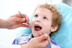 Κλείστε επάνω του αγοριού που έχει τα δόντια του εξετασμένων από έναν οδοντίατρο στοκ φωτογραφία με δικαίωμα ελεύθερης χρήσης