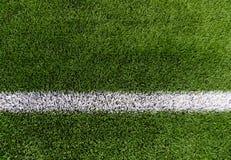 Κλείστε επάνω του αγωνιστικού χώρου ποδοσφαίρου με τη γραμμή και τη χλόη Στοκ φωτογραφία με δικαίωμα ελεύθερης χρήσης