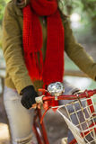 Κλείστε επάνω του αναδρομικού ποδηλάτου με το καθιερώνον τη μόδα κορίτσι μόδας στοκ εικόνες