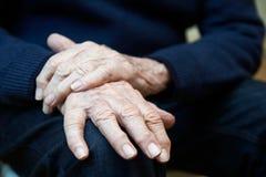 Κλείστε επάνω του ανώτερου ατόμου που υποφέρει με Parkinsons Diesease στοκ εικόνα με δικαίωμα ελεύθερης χρήσης