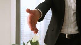 Κλείστε επάνω του αρσενικού χεριού επιχειρηματιών που επιτυγχάνεται έξω για τη χειραψία φιλμ μικρού μήκους