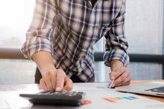 Κλείστε επάνω του ατόμου ή του τραπεζίτη λογιστών που κάνει τους υπολογισμούς και την περιτύλιξη Στοκ Φωτογραφίες