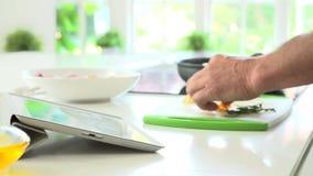 Κλείστε επάνω του ατόμου μετά από τη συνταγή στην ψηφιακή ταμπλέτα φιλμ μικρού μήκους