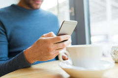 Κλείστε επάνω του ατόμου με τα smartphones στον καφέ Στοκ εικόνες με δικαίωμα ελεύθερης χρήσης
