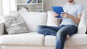 Κλείστε επάνω του ατόμου με τον υπολογιστή PC ταμπλετών στο σπίτι απόθεμα βίντεο