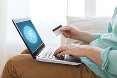 Κλείστε επάνω του ατόμου με το lap-top και την πιστωτική κάρτα Στοκ εικόνα με δικαίωμα ελεύθερης χρήσης