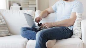 Κλείστε επάνω του ατόμου με το lap-top και την πιστωτική κάρτα απόθεμα βίντεο