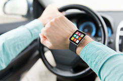 Κλείστε επάνω του ατόμου με app στο οδηγώντας αυτοκίνητο smartwatch Στοκ φωτογραφία με δικαίωμα ελεύθερης χρήσης