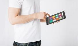 Κλείστε επάνω του ατόμου με app τα εικονίδια στο PC ταμπλετών Στοκ φωτογραφία με δικαίωμα ελεύθερης χρήσης
