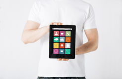 Κλείστε επάνω του ατόμου με app τα εικονίδια στο PC ταμπλετών Στοκ Φωτογραφία